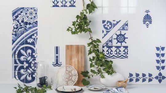 Cocina con azulejos pintados a mano